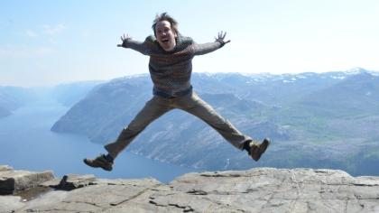 I juni blir Jarkko pappa for andre gang. Her er han hoppende glad på Preikestolen. Foto: Janet Molde Hollund