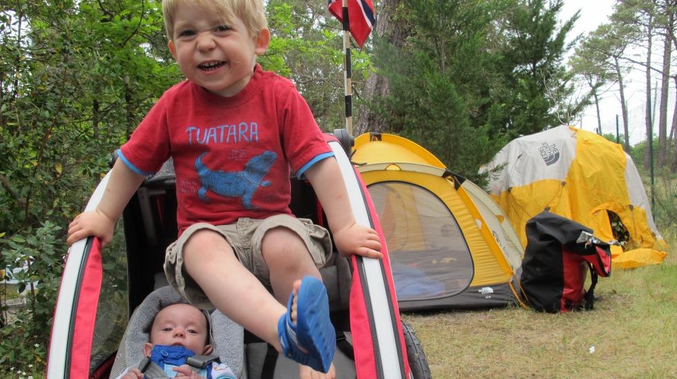 Sykkeltur i Frankrike.Tristan (3) har vært på turer over hele verden, og har sovet 300 netter i telt. Her er han sammen med lillebror Nanook (nå 1 år), som allerede har overnattet 100 netter i telt. Foto: privat