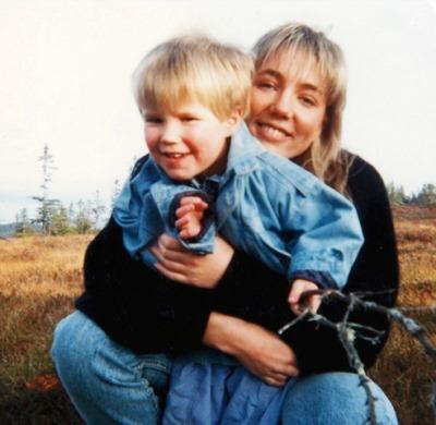 """Marius (3) og mamma Ingrid. Foto: privat, lånt med tillatelse fra boken """"I for store sko"""""""