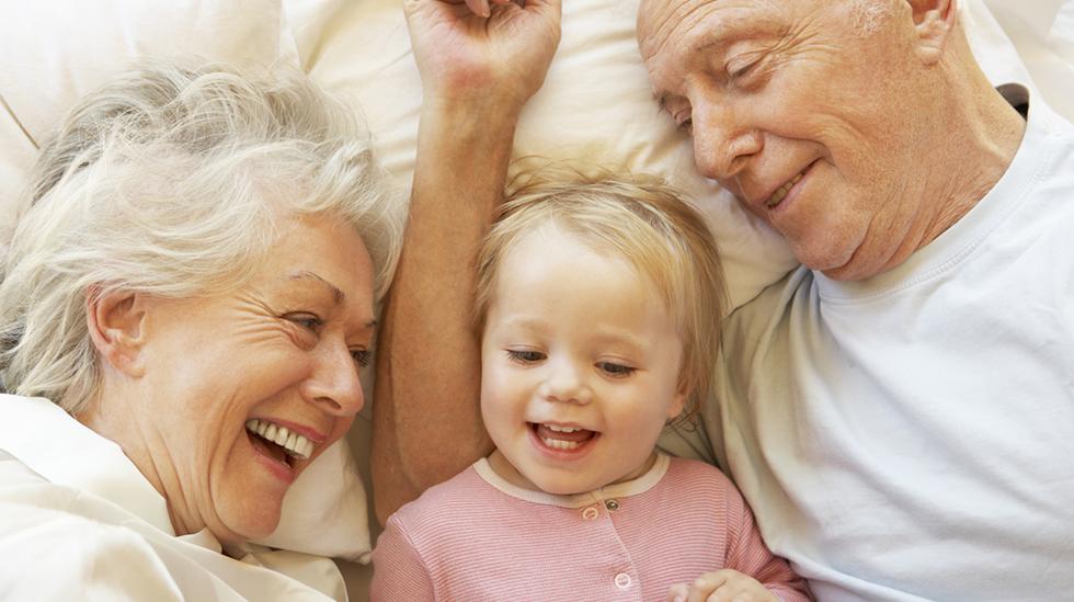 Det kan være deilig å levere barnet til besteforeldrene på overnatting, og nyte tosomheten i blant. Illustrasjonsfoto: Shutterstock