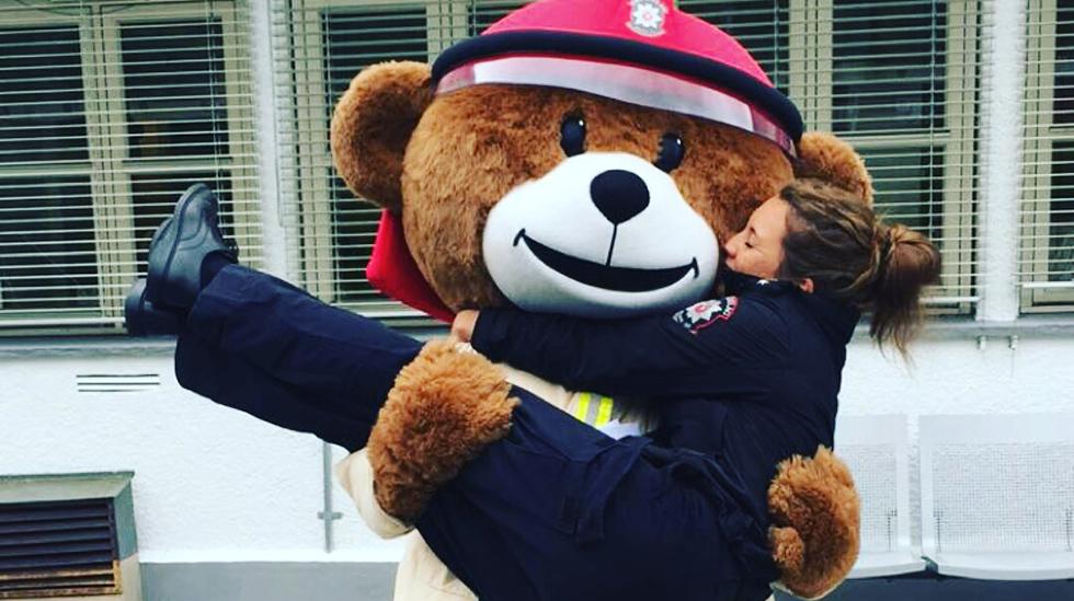 """Brannmester Tone Sutterø i Trøndelag brann- og redningstjeneste med brannbamsen Bjørnis. Sutterø er initiativtaker til prosjektet """"Brannsikkert hjem"""" som skal lære nybakte familier om brannsikkerhet. Foto: Trøndelag brann- og redningstjeneste"""