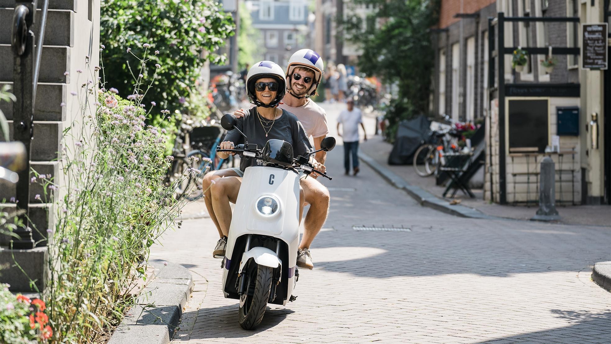 Check deelscooter amsterdam mensen