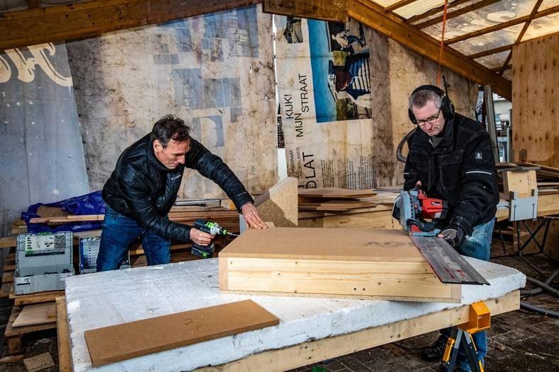 De werkplaats waar Daan Molkenboer l en Roelof Vossebeld hun strohuizen bouwen is alweer te klein FOTO HISSINK