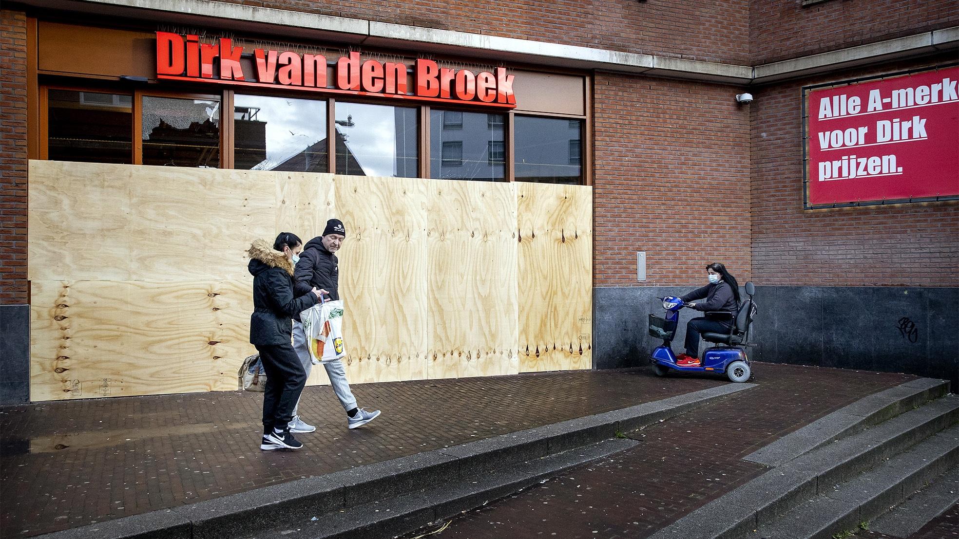 Dirk supermarkt rotterdam rellen avondklok dag