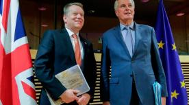 David Frost links en Michel Barnier de twee hoofdonderhandelaars over de toekomstige relatie tussen de EU en het Verenigd Koninkrijk poseerden begin maart nog samen