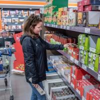 Verslaggever Colette Beckers doet inkopen bij de Aldi in Groesbeek en daarna de Aldi in Kranenburg om te kijken waar de boodschappen het goedkoopst zijn2