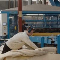 Recyclebedrijf retour matras innoveert fabriek