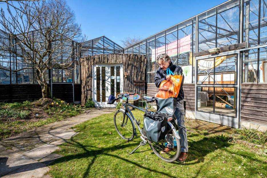 Klant doet spullen in fietstas