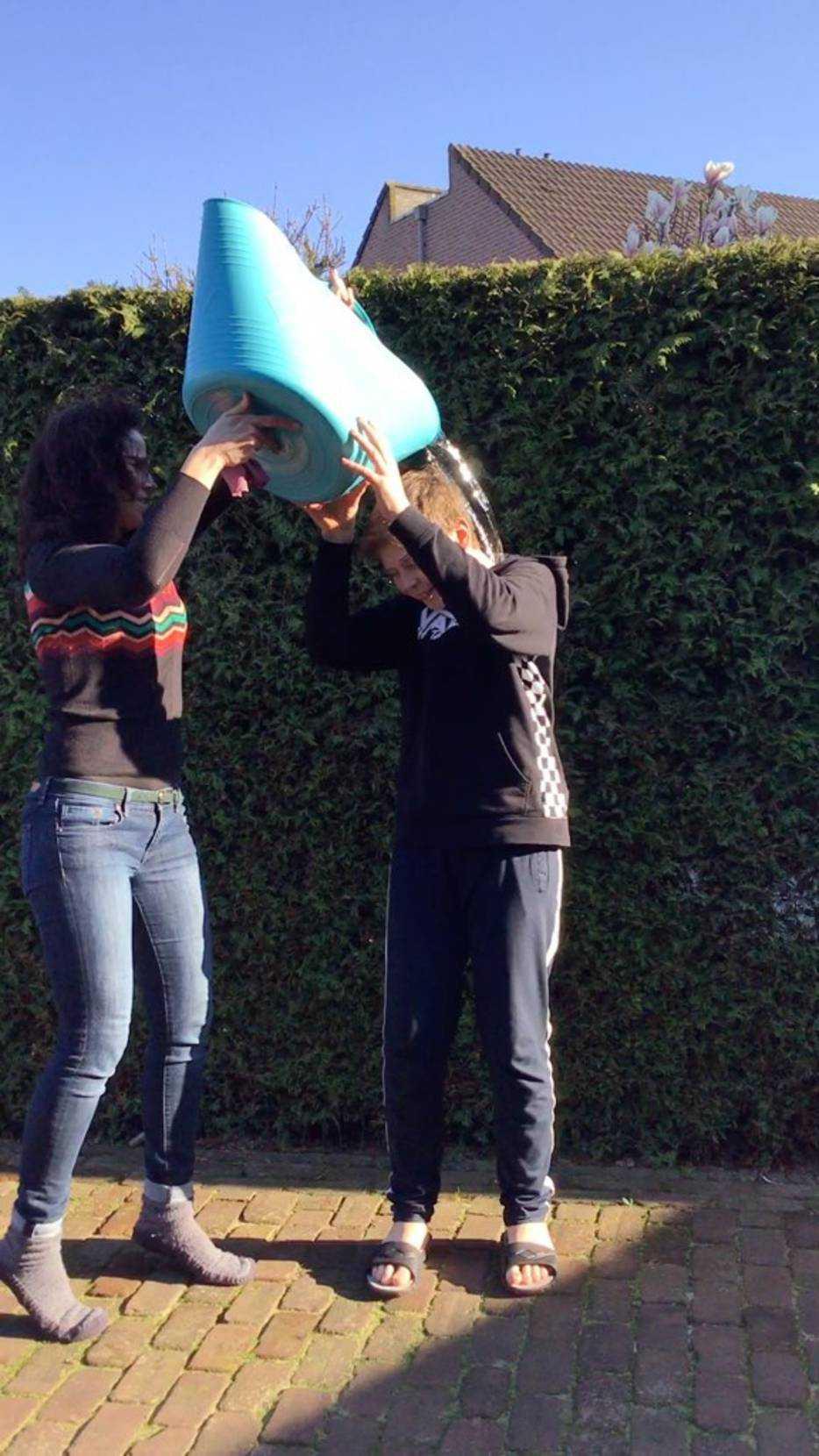 Uitjesbazen spel emmer water tijdens corona