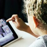 Jeunes enfants : L'exposition aux écrans le matin augmenterait les troubles du langage