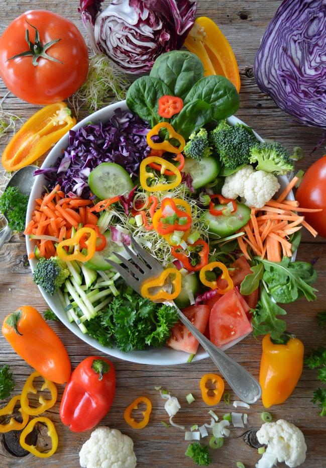 assiette parfaite pour préparer sa peau du soleil : poivrons, couleur, légumes verts