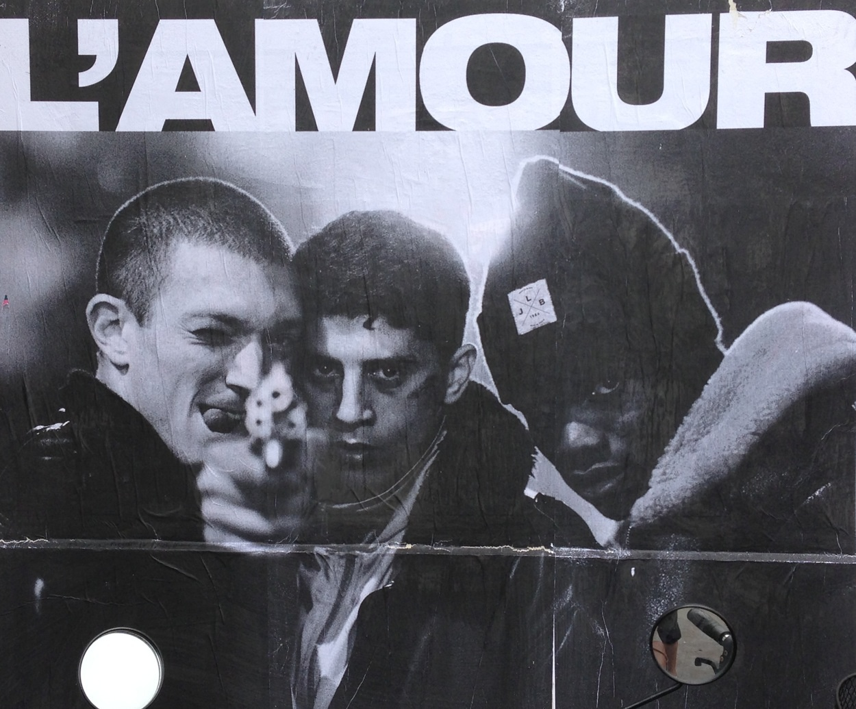 "Cartell que es pot veure a les parets parisines, emulant el film ""La Haine"" (L'odi), de Mathieu Kassovitz (1995) / X. Espinet"