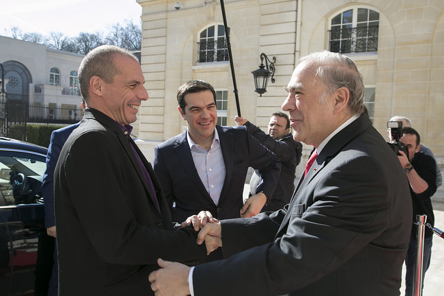 Yanis Varoufakis, ministre de Finances grec, i Alexis Tsipras, primer ministre grec, saludant Angel Gurria, secretari general de l'OCDE a París / Foto: OECD / Julien Daniel