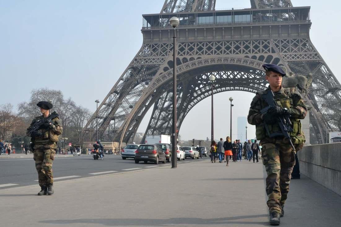 Soldats alpins patrullant al peu de la Torre Eiffel / Jérome Le Boursicot