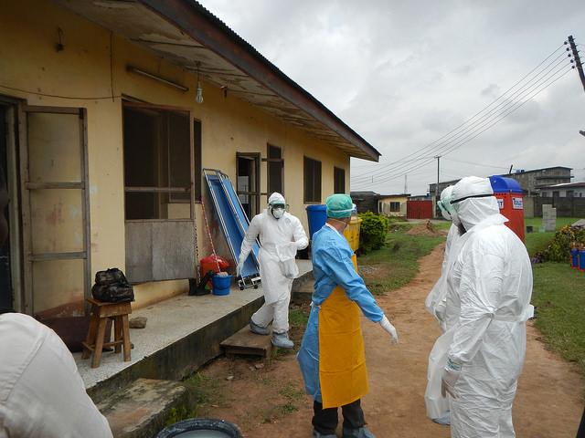 Treballadors de l'Organització Mundial de la Salut a l'exterior d'una sala d'aïllament de l'ebola a Lagos, Nigèria /