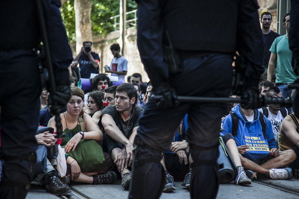 Manifestants i policia durant la concentració davant del Parlament / JORDI BORRÀS