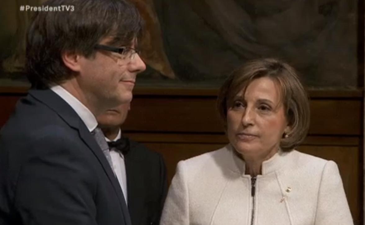 Puigdemont, ahir amb Carme Forcadell, en la investidura com a president de la Generalitat / CRÍTIC