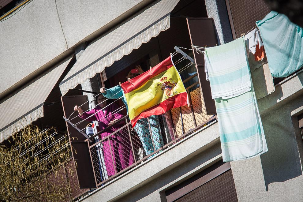 Bandera espanyola en un balcó del Carmel / JORDI BORRÀS