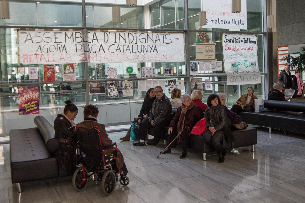 Consulta d'un hospital amb cartells contra les retallades en Sanitat / JORDI BORRÀS