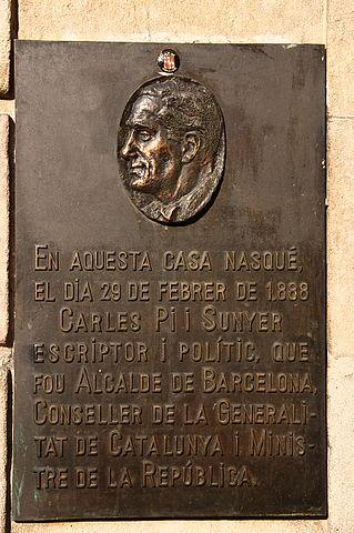 Placa a la casa natal de Carles Pi i Sunyer a la Rambla de les Flors de Barcelona / AMAD ALVAREZ