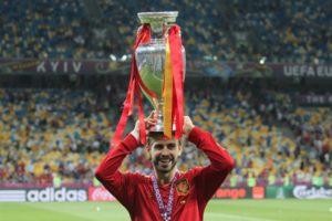 Gerard_Piqué_Euro_2012_trophy