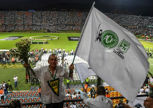 People participate in a tribute to the players of Brazilian team Chapecoense Real killed in a plane crash in the Colombian mountains, on November 29, 2016 in Medellin, Colombia. Colombia was investigating Wednesday what made a charter plane crash into the country's northwestern mountains, killing 71 people including most of a Brazilian football team and 20 journalists. / AFP PHOTO / LUIS ACOSTA