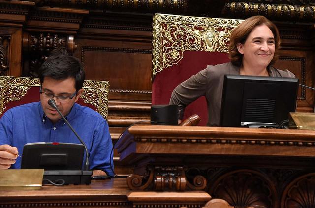 Ada Colau i Gerardo Pisarello en un plenari de l'Ajuntament. Foto: Ajuntament de BCN
