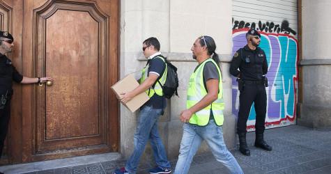 Agents de la Guardia Civil registren la Fundació CatDem. Foto: Carlos Moreno