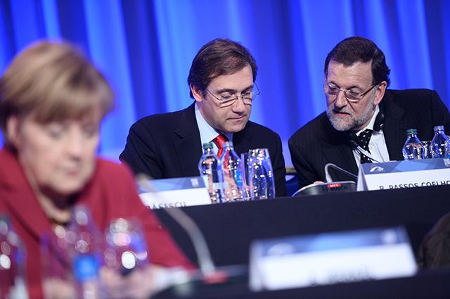 Mariano Rajoy al costat de l'exprimer ministre portuguès Passos Coelho i la cancellera alemanya Angela Merkel. Foto: Partit Popular europeu
