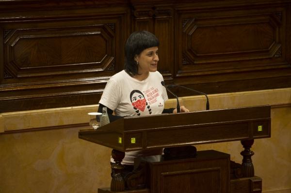 Anna Gabriel, amb samarreta zapatista, durant el discurs d'investidura. Foto: Job Vermeulen / Parlament