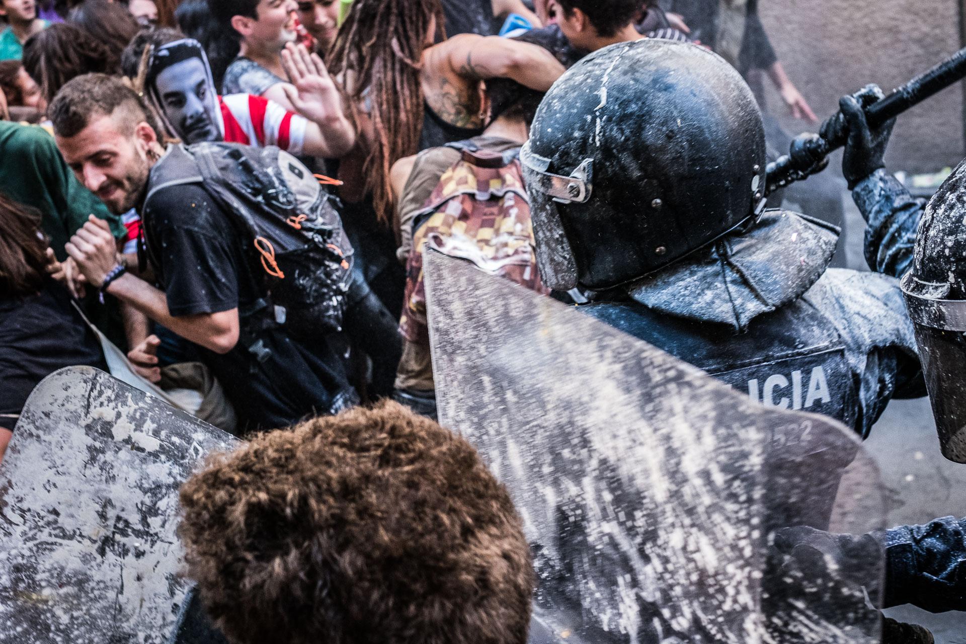 Els Mossos carreguen contra els manifestants que volien reocupar el Banc Expropiat / JORDI BORRÀS
