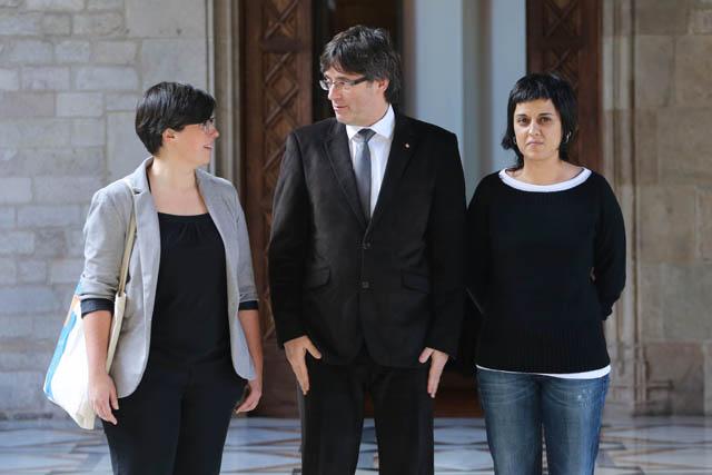 El president Puigdemont amb les representants de la CUP. FOTO: Rubén Moren / Gencat.cat