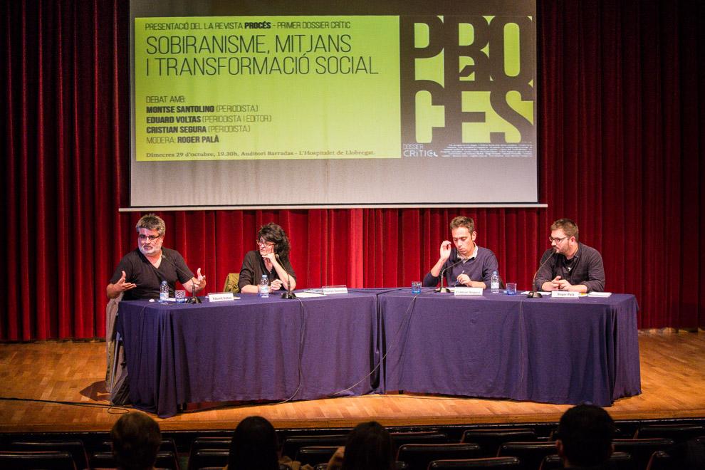 Els ponents del debat, Eduard Voltas, Montse Santolino i Cristian Segura, moderats per Roger Palà, a l'Auditori Barradas / JORDI BORRÀS