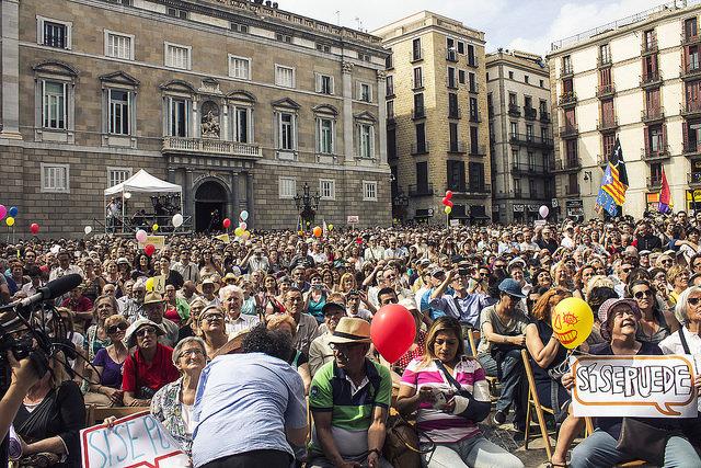 Centenars de persones a la plaça Sant Jaume el dia de la investidura d'Ada Colau com a alcaldessa / BCN EN COMÚ