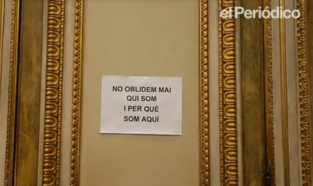Cartell a la porta del despatx d'Ada Colau / EL PERIÓDICO DE CATALUNYA