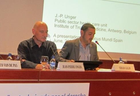 Unger, a l'esquerra, durant una taula rodona organitzada per Medicus Mundi
