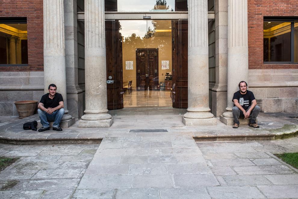 Quim Arrufat i David Fernández, en un moment de distensió al Parlament. Foto: Jordi Borràs
