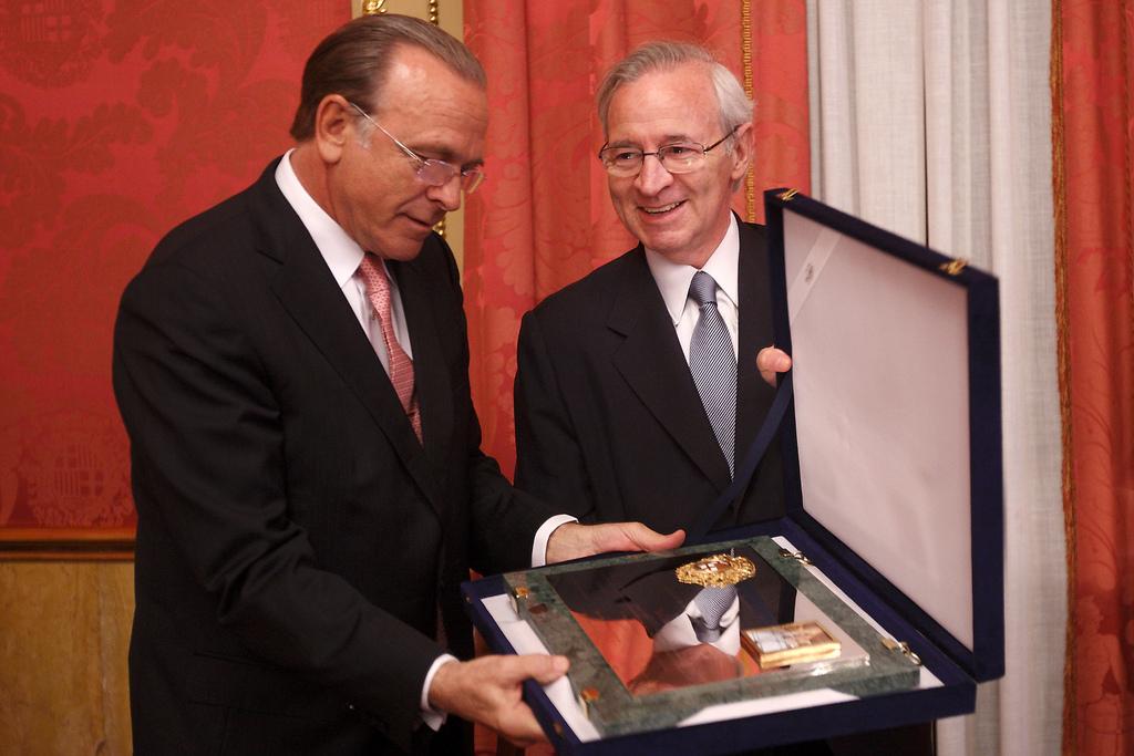El president de La Caixa, Isidro Fainé, recull el Premi Llotja a la millor informació de Societat Mercantils al mercat i als seus clients / CAMBRA DE COMERÇ