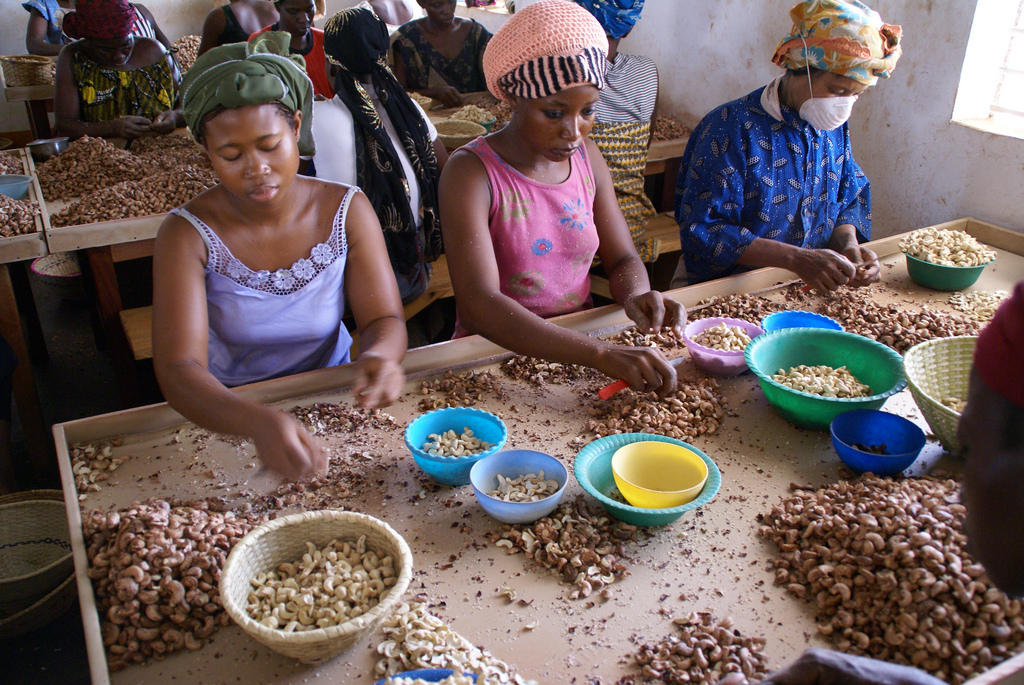 Dones burkineses treballant / MANS UNIDES / JAVIER MARMOL