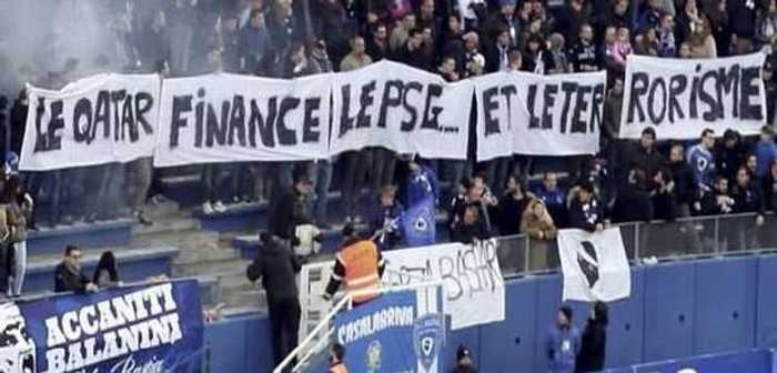 """""""Qatar finança el PSC i el terrorisme"""", en una pancarta al camp del Bastia / CORSICA INFURMAZIONE"""