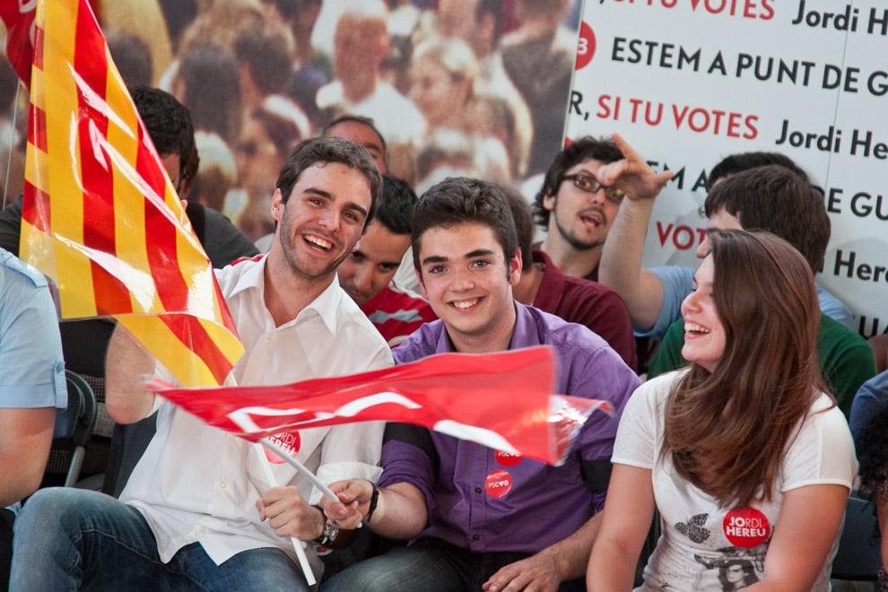 Membres de les Joventuts Socialistes de Catalunya en un míting / JORDI BORRÀS