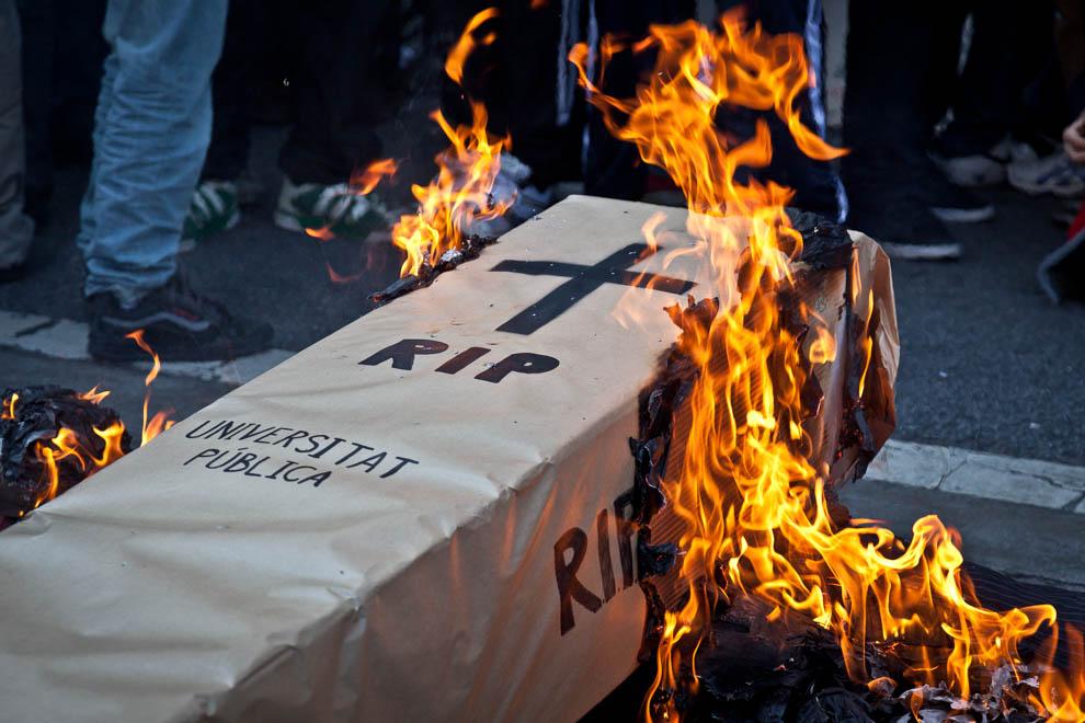 'Desansi en pau, Universitat Pública', en una manifestació estudiantil a Barcelona / JORDI BORRÀS