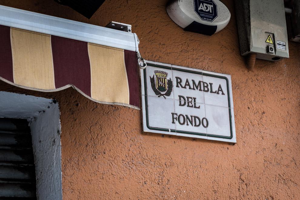 Un bar a la Rambla del Fondo de Santa Coloma / JORDI BORRÀS