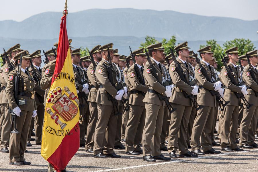 Soldats de l'exèrcit espanyol, amb la bandera rojigualda / JORDI BORRÀS