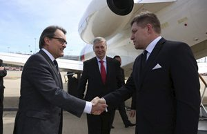 El president Mas rep al març el primer ministre d'Eslovàquia a l'aeroport de Girona-Costa Brava / JORDI BEDMAR - GENCAT