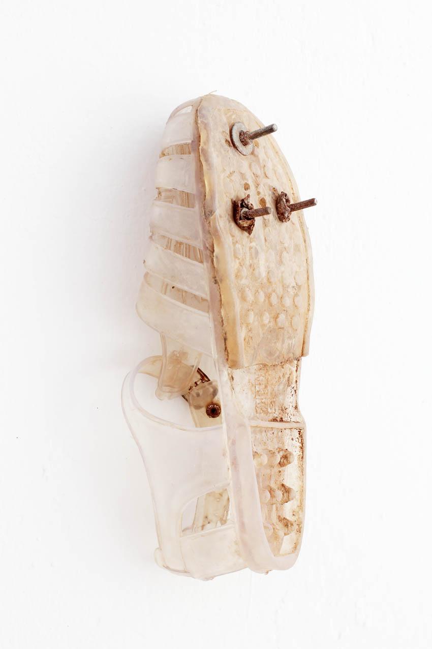 Una sabata amb els cargols i les femelles acoblats que s'utilitza per saltar la tanca / SERGI CÀMARA