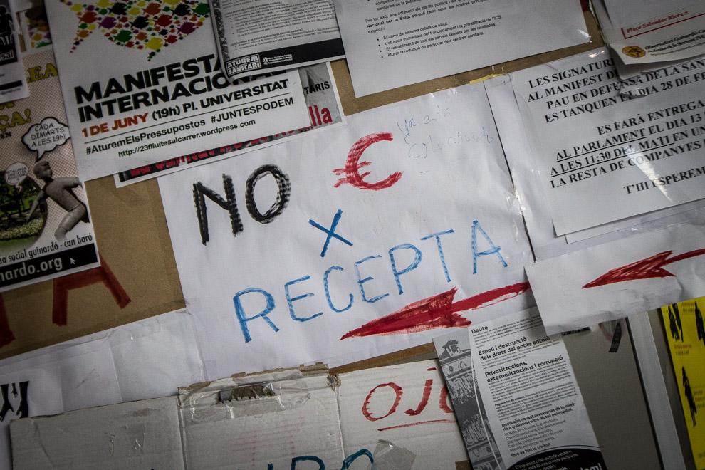 Cartellet de protesta contra l'euro per recepta / JORDI BORRÀS