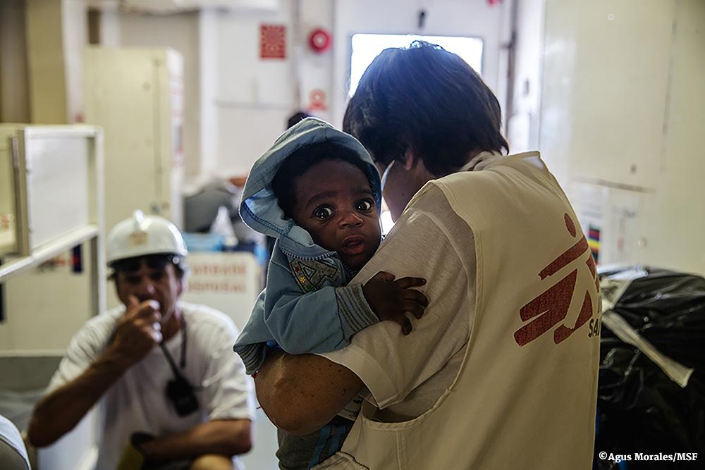 Nadó nigerià de tres mesos a bord d'un vaixell de Metges Sense Fronteres després d'un rescat / AGUS MORALES / MSF