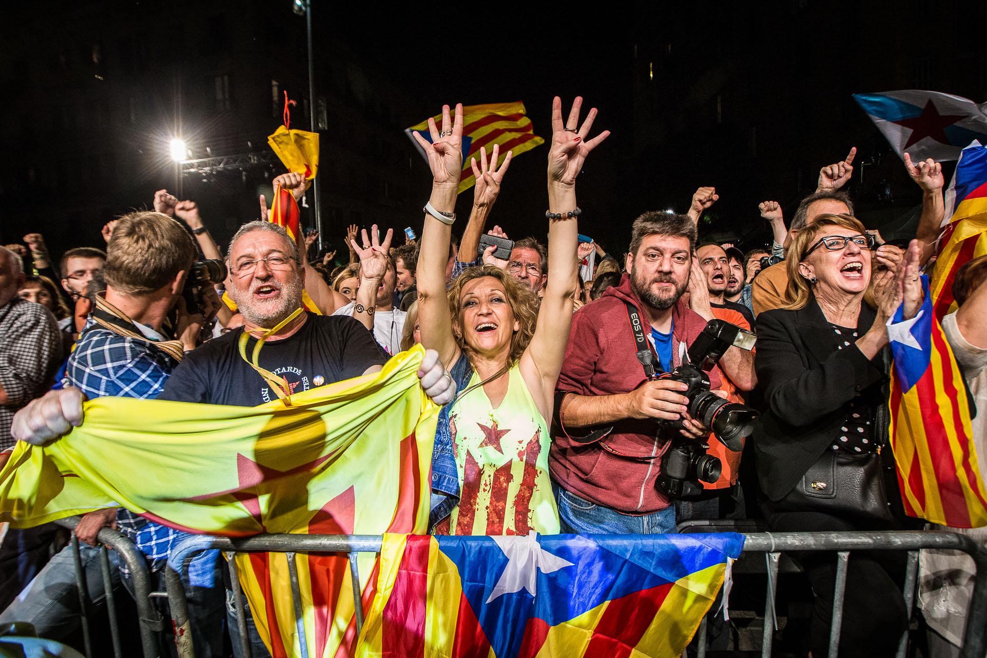 Simpatitzants de Junts pel Sí durant la nit electoral a Barcelona / JORDI BORRÀS