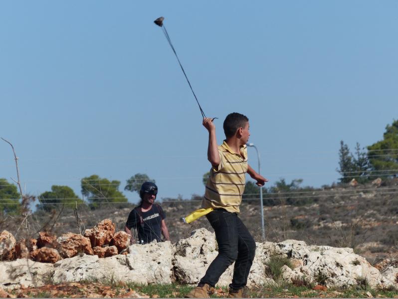 Nen palestí amb la fona llançant pedres a l'exèrcit israelià / S. VILÀ